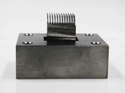 微細線仕様金属部品 隙間1mm W0.3mm