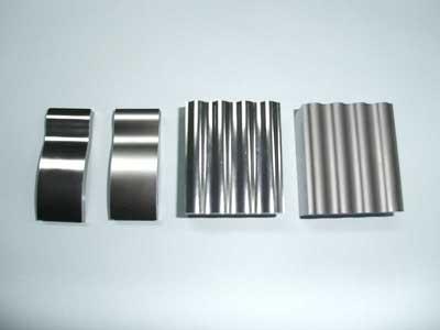 テストピースのワイヤーカットと研磨 右:研磨前 左:研磨後鏡面仕上げ